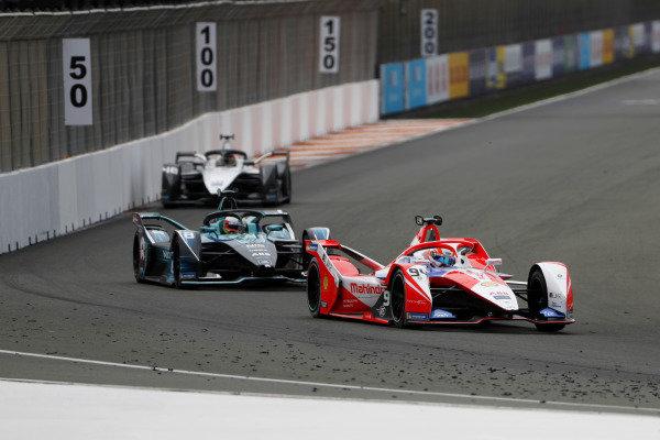 Alex Lynn (GBR), Mahindra Racing, M7Electro, leads Oliver Turvey (GBR), NIO 333, NIO 333 001, and Edoardo Mortara (CHE), Venturi Racing, Silver Arrow 02