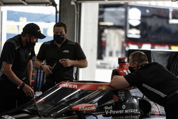 #12: Will Power, Team Penske Chevrolet crew have a laugh
