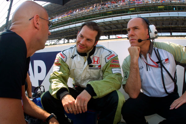 2002 American Grand Prix.Indianapolis, Indiana, USA. 27-29 September 2002.Jacques Villeneuve (B.A R. Honda) with his race engineer Jock Clear.World Copyright - LAT Photographicref: Digital File Only