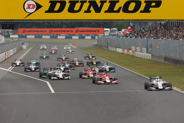 The start of round 6, in Okayama. Ryo Hirakawa, Itochu Enex Team Impul, Dallara SF19 Toyota, leads Kenta Yamashita, Kondo Racing, Dallara SF19 Honda and the rest of the pack