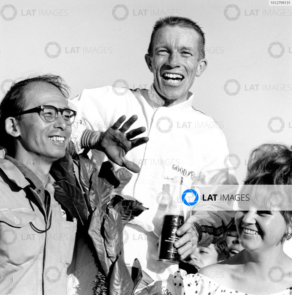 1965 Mexican Grand Prix, Mexico City. 24th October 1965.Richie Ginther, Honda, 1st position, celebrates with chief mechanic Yoshio Nakamura. Ref: 31661.Photo: LAT Photographic