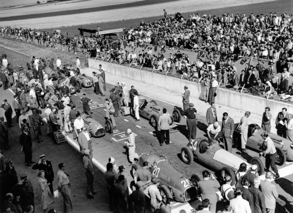 1949 French Grand Prix. Reims-Gueux, France. 17 July 1949. Luigi Villoresi (number 20, Ferrari 125), Juan Manuel Fangio (Maserati 4CLT/48) and Louis Rosier (Lago-Talbot T26C) are on the front row as the grid prepares for the start. Published-Autocar 30/12/1949 p1482. World Copyright - LAT Photographic Ref: Autocar Glass Plate C24990