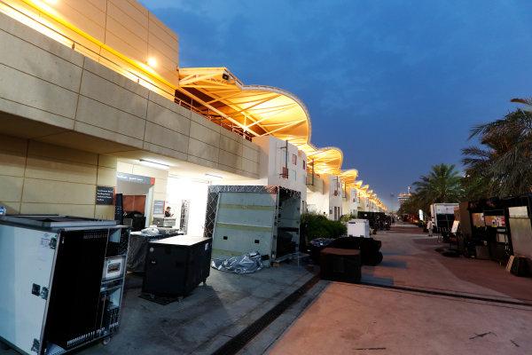 Bahrain International Circuit, Sakhir, Bahrain.  Wednesday 19 April 2017. Teams pack equipment at the conclusion of Bahrain's two-day test. World Copyright: Glenn Dunbar/LAT Images ref: Digital Image _X4I4965