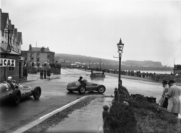 St Helier, Jersey, Channel Islands. 28th April 1949.Peter Whitehead (Ferrari 125/10C), leads Gigi Villoresi (Maserati 4CLT) into St Helier's West Park Hairpin, action.World Copyright: LAT Photographic.Ref: Autocar Glass Plate C24081.