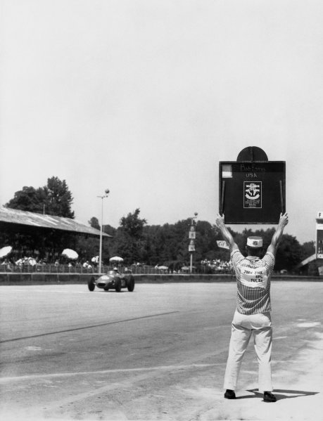 Monza, Italy. 29th June 1958.Jim Rathmann, Zink Leader Card Spl , 1st position, looks at his pit board, action. The race was also known as Monzanapolis.World Copyright: LAT Photographic.Ref: Autocar Used Pic Pg 17, 4th July 1958.