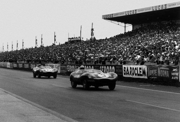 1957 Le Mans 24 hours. Le Mans, France. 22-23 June 1957. Ron Flockhart/Ivor Bueb, Ecurie Ecosse Jaguar D-type, 1st position, leads Ninian Sanderson/Jock Lawrence, Ecurie Ecosse Jaguar D-type, 2nd position, action. World Copyright: LAT Photographic Ref: Autosport b&w print. Published: Autosport, 28/6/1957 front cover LAT PHOTOGRAPHIC www.latphoto.co.uk +44(0)20 8267 3000
