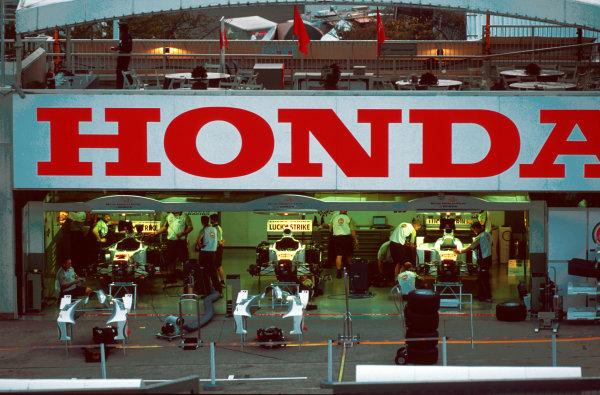 Suzuka, Japan.6-8 October 2000.The British American Racing Honda team garage.World copyright - LAT Photographic