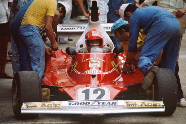 1975 Monaco Grand Prix  Monte Carlo, Monaco. 8-11th May 1975.  Niki Lauda, Ferrari 312T, 1st position, with Mauro Forghieri and mechanics in the pits.  Ref: 75MON06. World copyright: LAT Photographic