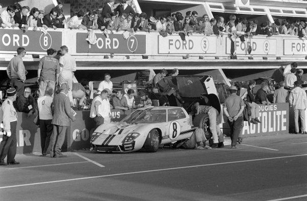 Sir John Whitmore / Frank Gardner, Alan Mann Racing, Ford Mk II, makes a pitstop.