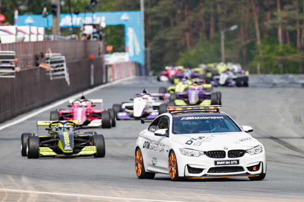 The Safety Car leads Beitske Visser (NLD)