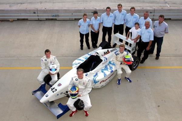 2004 Team SWR Pioneer team shot.Formula BMW UK Championship, Rockingham, England, 4-5 September 2004.DIGITAL IMAGE.