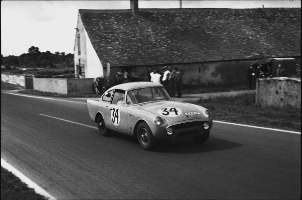 Le Mans, France. 10th - 11th June 1961.Peter Harper/Peter Proctor (Sunbeam Alpine Harrington), 16th position, action. World Copyright: LAT Photographic.Ref:  9219N - 18A.