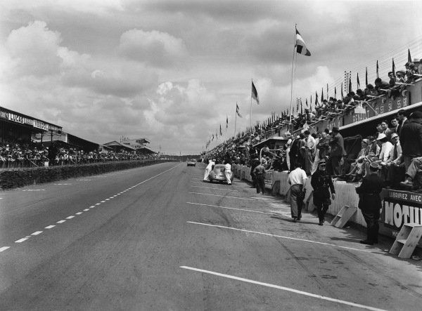 Le Mans, France. 14th - 15th June 1952 The main straight and pit lane, action. World Copyright: LAT Photographic Ref: Autocar Glass Plate C32733.