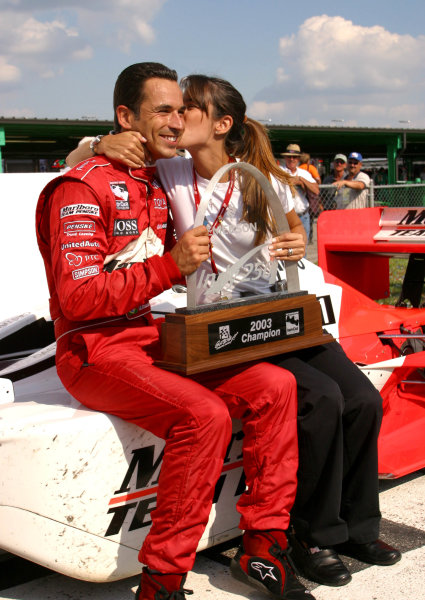 2003 IRL IndyCar Gateway, 9-10 August, 2003. Gateway International Raceway, Madison, IL. Helio Castroneves gets a post-race kiss from sister Kati.World copyright: Phillip Abbott/USA.LAT Photographic