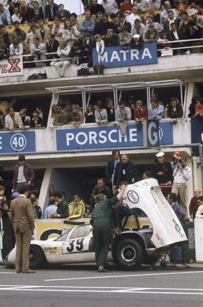 Le Mans, France. 14-15 June 1969. Christian Poirot/Pierre Maublanc (Porsche 910), 9th position, pit stop, action.  World Copyright: LAT Photographic. Ref:  69LM32.