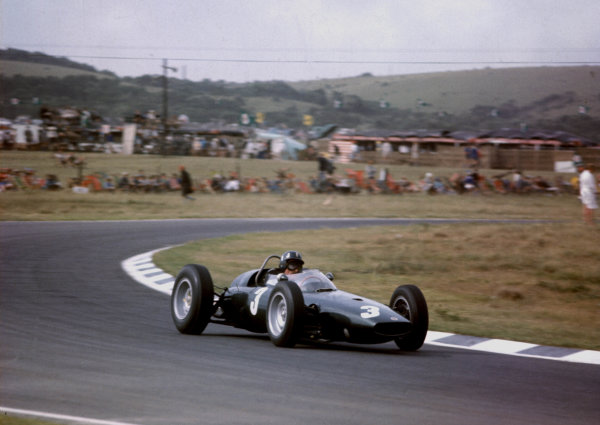1962 South African Grand Prix.East London, South Africa.27-29 December 1962.Graham Hill (BRM P57) 1st position clinching the World Championship.World Copyright - LAT Photographic