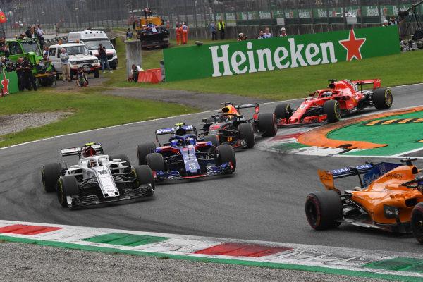 Charles Leclerc, Alfa Romeo Sauber C37, Pierre Gasly, Scuderia Toro Rosso STR13, Daniel Ricciardo, Red Bull Racing RB14 and Sebastian Vettel, Ferrari SF71H battle