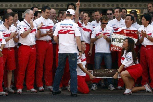 2007 Brazilian Grand Prix - Sinday RaceInterlagos, Sao Paulo, Brazil21st October 2007.The Toyota team say thanks to Ralf Schumacher and Franck Montagny for their services. Portrait. Atmosphere. World Copyright: Andrew Ferraro/LAT Photographicref: Digital Image _H0Y4157