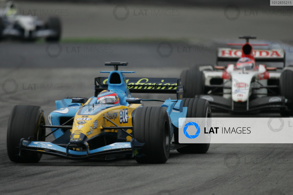 2004 Brazilian Grand Prix-Sunday Race,Sao Paulo, Brazil. 24th October 2004.Fernando Alonso, Renault R24 leads Takuma Sato, BAR Honda 006. Action.World Copyright LAT Photographic/Steven Tee.Digital Image only (a high res version is available on request).