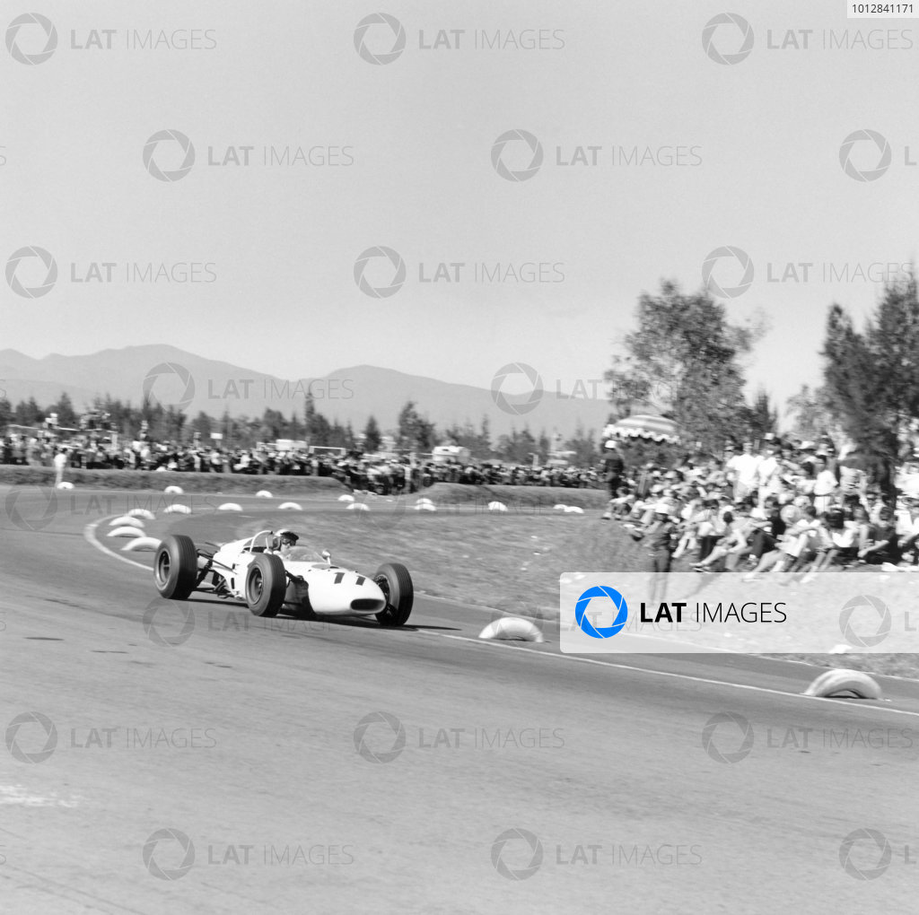 1965 Mexican Grand Prix, Mexico City. 24th October 1965.Richie Ginther, Honda, 1st position.Photo: LAT Photographic.