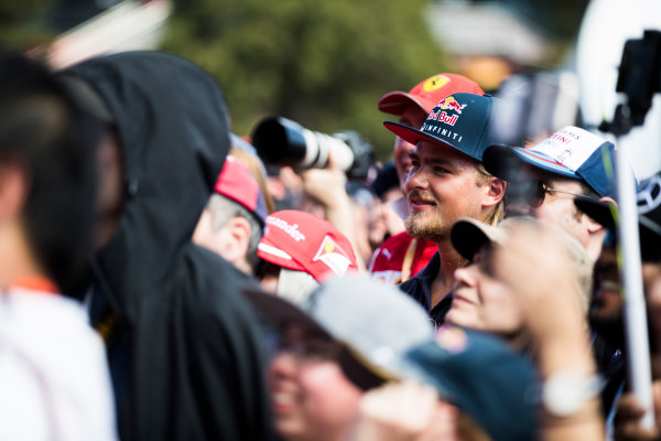 Albert Park, Melbourne, Australia. Saturday 25 March 2017. Fans watch drivers being interviewed on stage. World Copyright: Sam Bloxham/LAT Images Ref: Digital Image _J6I2787