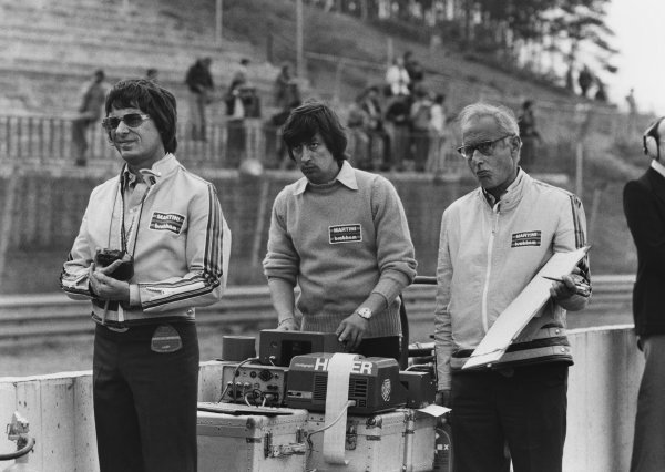 Bernie Ecclestone, Herbie Blash and Yorkie watch the times in practice, portrait.  World Copyright: LAT Photographic.  Ref:  B/W Print.
