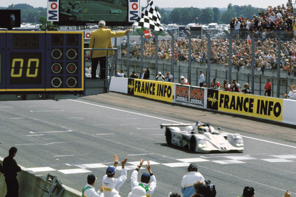 Le Mans, France. 12th - 13th June 1999. Pierluigi Martini/Yannick Dalmas/Joachim Winkelhock (BMW V12 LMR), 1st position, crossing the finishing line, action. World Copyright: LAT Photographic. Ref:  99LM02.
