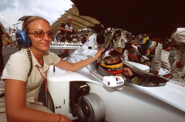 Sepang, Kuala Lumpur, Malaysia.20-22 October 2000.Jacques Villeneuve (B.A R. Honda) waits on the starting grid, keeping cool under an umbrella held by his PR Jules Kulpinsky.World Copyright: Lawrence/LAT Photographicref: 35mm A58