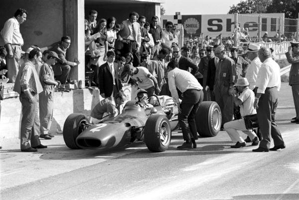Chris Amon (NZL) Ferrari 312 was cheered on by the tifosi and ran in the leading pack until damper problems forced him to pit twice, dropping him back to seventh place at the finish.  Italian Grand Prix, Monza 10 September 1967.