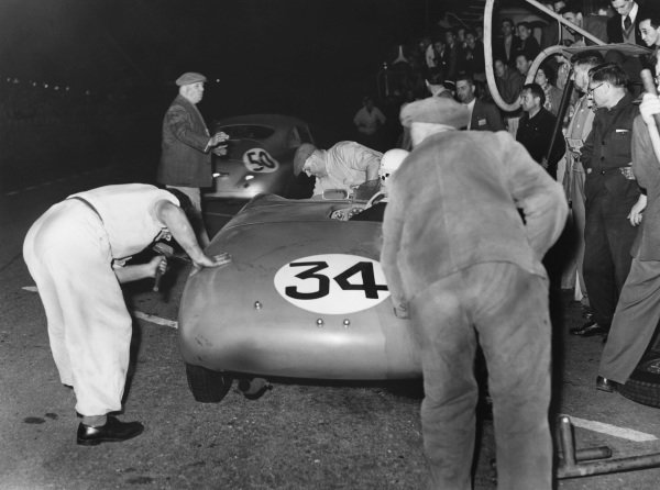 Le Mans, France. 14th - 15th June 1952 Jean Behra/Robert Manzon (Gordini 23S), retired, pit stop action. World Copyright: LAT Photographic Ref: Autocar Used Pic 20th June 1952 Pg 761.