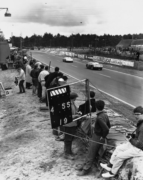 Le Mans, France. 10th - 11th June 1961 Olivier Gendebien/Phil Hill (Ferrari 250 TRI/61), 1st position, leads Masten Gregory/Bob Holbert (Porsche RS61 Spyder), 5th position, action. World Copyright: LAT Photographic Ref:  Autocar Used Pic 16th June 1961 Pg 956.