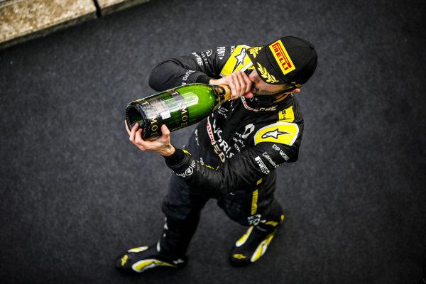 Daniel Ricciardo, Renault F1, 3rd position, drinks Champagne on the podium
