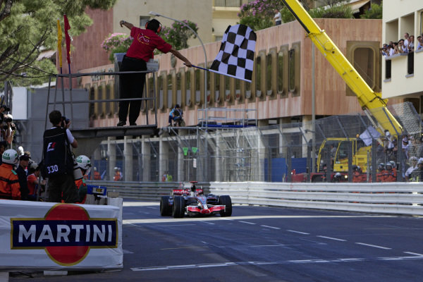 Fernando Alonso, McLaren MP4-22 Mercedes takes the chequered flag for victory.