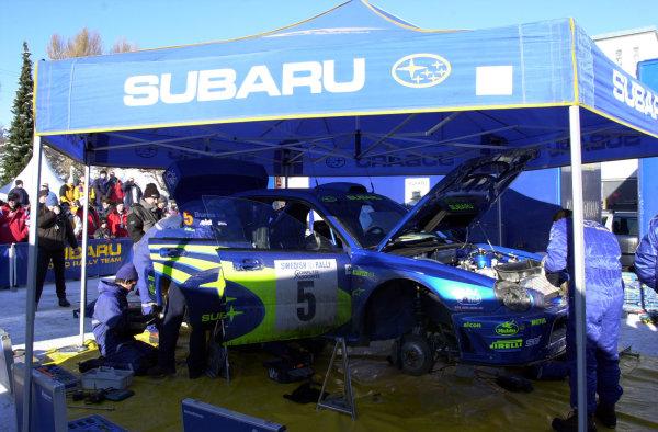 2001 World Rally Championship.   Swedish Rally. 9th - 11th February 2001. Rd 2. The Subaru mechanics at work on Richard Burns's Impreza during the second leg. World Copyright: Ralph Hardwick/ LAT Photographic. Ref: BurnsServ
