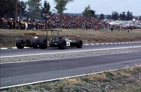 1968 United States Grand Prix.Watkins Glen, New York, USA.4-6 October 1968.Jochen Rindt (Brabham BT26 Repco) leads Denny Hulme (McLaren M7A Ford).Ref-68 USA 38.World Copyright - LAT Photographic