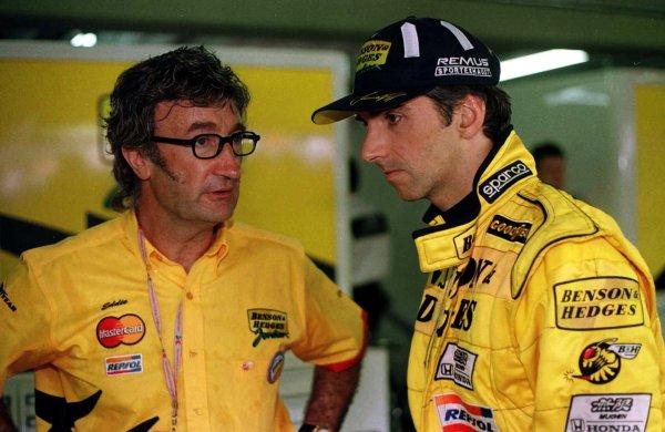 1998 Brazilian Grand Prix.Interlagos, Sao Paulo, Brazil.27-29 March 1998.Eddie Jordan talks to his driver Damon Hill.World Copyright - LAT Photographic