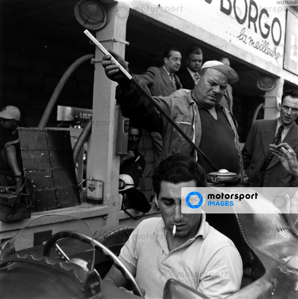 1956 French Grand Prix. Reims. 1 July 1956. Alfonso de Portago (Lancia-Ferrari D50) with chief mechanic Luigi Parenti in the background. World Copyright - LAT Photographic Exhibition ref: a079