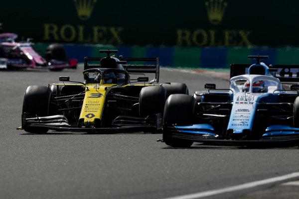 George Russell, Williams Racing FW42, battles with Daniel Ricciardo, Renault R.S.19