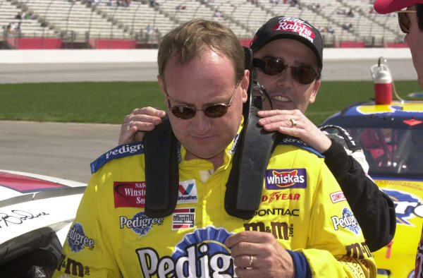 2001, NASCAR, March 9 -11, Atlanta, Winston Cup, 2001Brett Bodine helps Ken Schrader try the HANs device-Robert LeSieur2001LAT Photographic