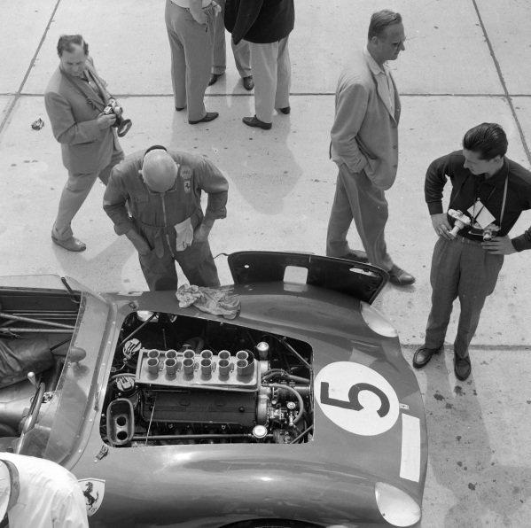Dan Gurney / Cliff Allison, Ferrari 250 TR 59, makes a pitstop.