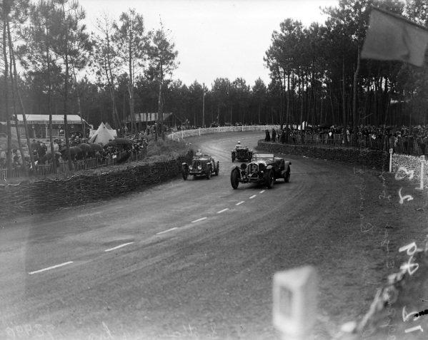 Pierre Louis-Dreyfus / Henri Stoffel, Alfa Romeo 8C 2300 Monza leads John Donald Barnes / Tommy Wisdom, Singer, Singer Nine Le Mans Replica.
