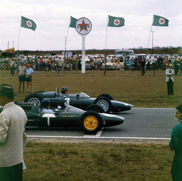 East London, South Africa.27-29 December 1962.Graham Hill (BRM P57) and Jim Clark (Lotus 25 Climax) line up on the front row of the grid for their championship decider. Hill won the race clinching the title.World Copyright: LAT PhotographicRef: 0737.