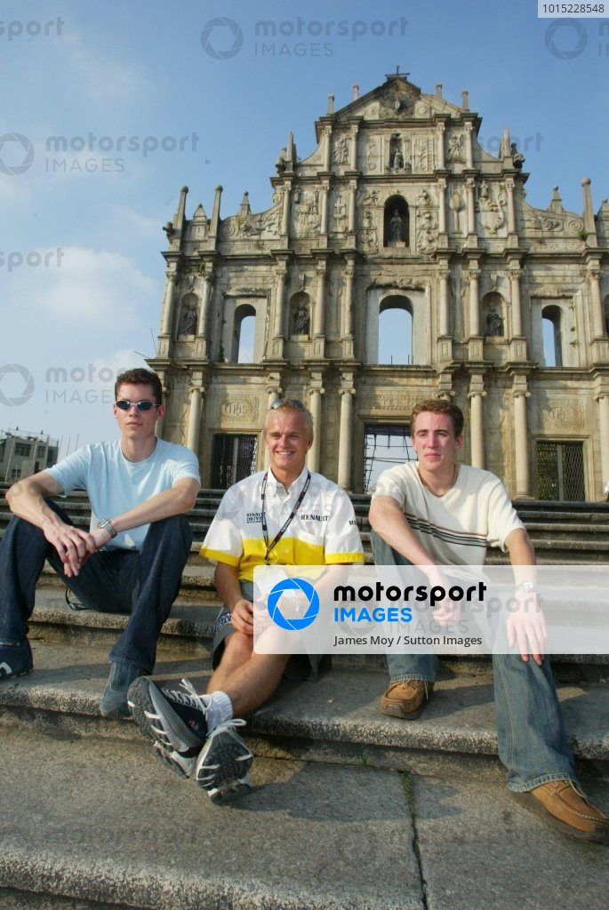 (L to R):  Alan Van Der Merwe (RSA) Carlin Motorsport  , Heikki Kovalainen (FIN) Fortec Motorsport and Robbie Kerr (GBR) Alan Docking Racing .Macau Formula Three Grand Prix. 13 - 17 November 2002, Macau Guia Circuit, Macau, China.DIGITAL IMAGE.
