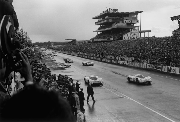 Le Mans, France. 28 - 29 September 1968.Vic Elford/Gerhard Mitter (Porsche 908), retired, leads at the start, action. World Copyright: LAT PhotographicRef: 2170 - 22A-23.
