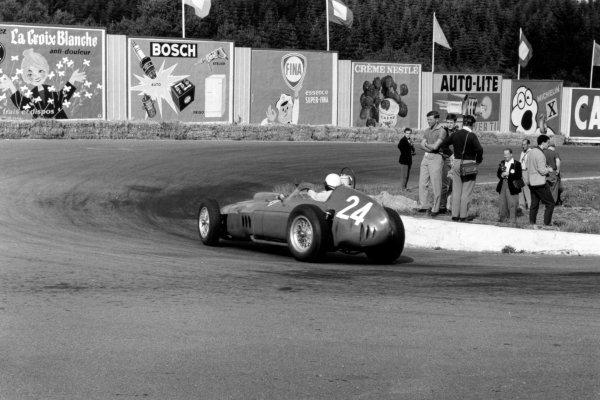Spa-Francorchamps, Belgium. 19 June 1960.Paul Frere spectates at La Source as Phil Hill, Ferrari Dino 246, 4th position, passes, action.World Copyright: LAT PhotographicRef: Autosport b&w print. Published: Autosport, 24/6/1960 p867