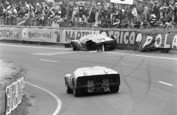 Ronnie Bucknum / Richard Hutcherson, Holman & Moody, Ford Mk II, approaches the wreckage of Peter Sutcliffe / Dieter Spoerry's Scuderia Filipinetti, Ford GT40.