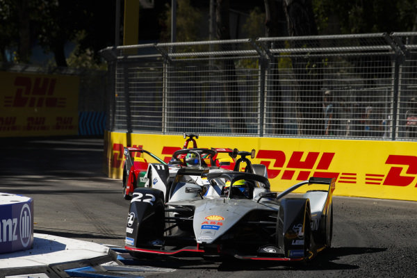 Oliver Rowland (GBR), Nissan e.Dams, Nissan IMO1 leads Lucas Di Grassi (BRA), Audi Sport ABT Schaeffler, Audi e-tron FE05