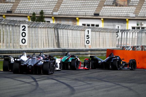 Sébastien Buemi (CHE), Nissan e.Dams, Nissan IMO2 leads Daniel Abt (DEU), Audi Sport ABT Schaeffler, Audi e-tron FE06 and Andre Lotterer (DEU), Tag Heuer Porsche, Porsche 99x Electric