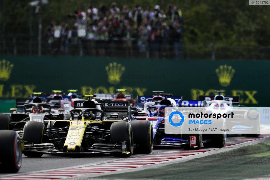 Nico Hulkenberg, Renault R.S. 19 leads Daniil Kvyat, Toro Rosso STR14 at the start of the race