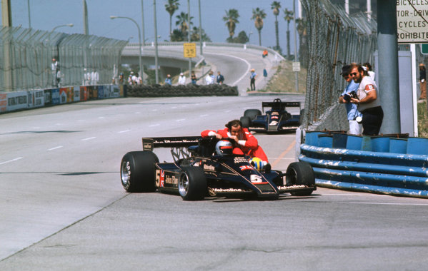 1977 United States Grand Prix West.Long Beach, California, USA.1-3 April 1977.Mario Andretti (Lotus 78 Ford) gives teammate Gunnar Nilsson a lift back to the pits.World Copyright - LAT Photographic